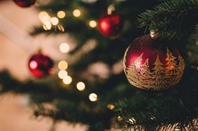 christmas-tree-with-baubles-717988-1024x683