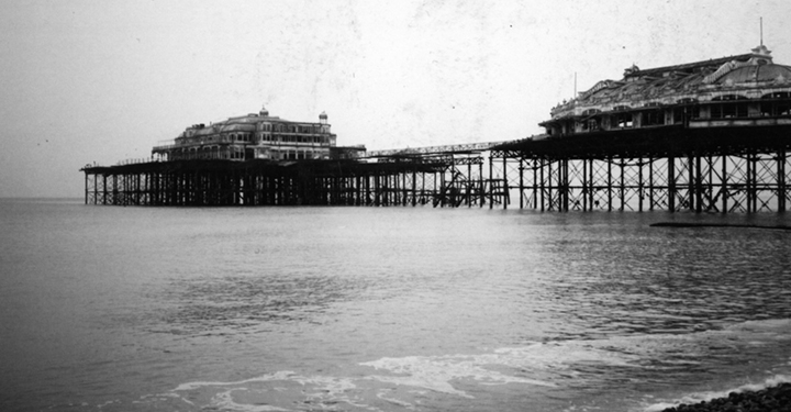 Old photo of Brighton Pier in black and white
