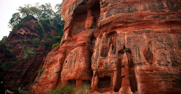 Photo of the giant budda carved into the cliff face at Leshan