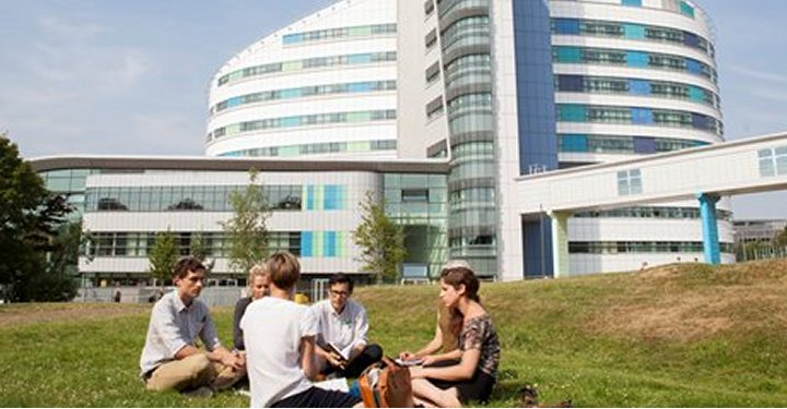 Students-outside-QEH-720x375
