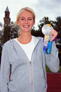 Hannah England with World Championships medal
