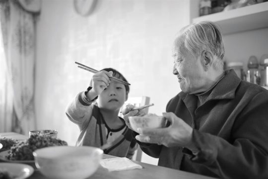 Image of child and grandparent eating.